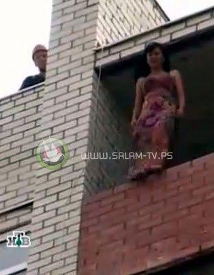 شاهد الفيديو : ذكاء إطفائي ينقذ فتاة من الانتحار قفزا من شرفتها