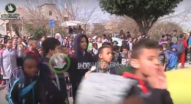 """طلبة مدارس وفعاليات مخيم طولكرم يحتجون على تقليصات """"الأونروا"""" - شاهد الفيديو"""