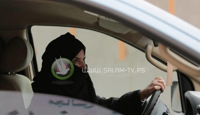 مقتل سعودية كانت تقود سيارة عائلية .. فقدت السيطرة واصطدمت بجانب الطريق