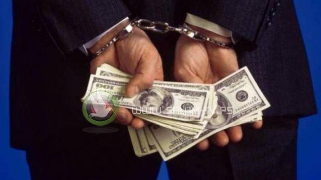 الشرطة تضبط متهمًا بسرقة 14 ألف دولار من مسنة