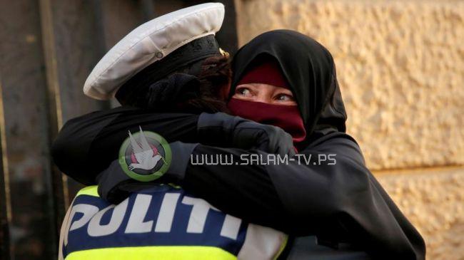 بالدانمارك.. شرطية احتضنت منقبة فحولت للتحقيق